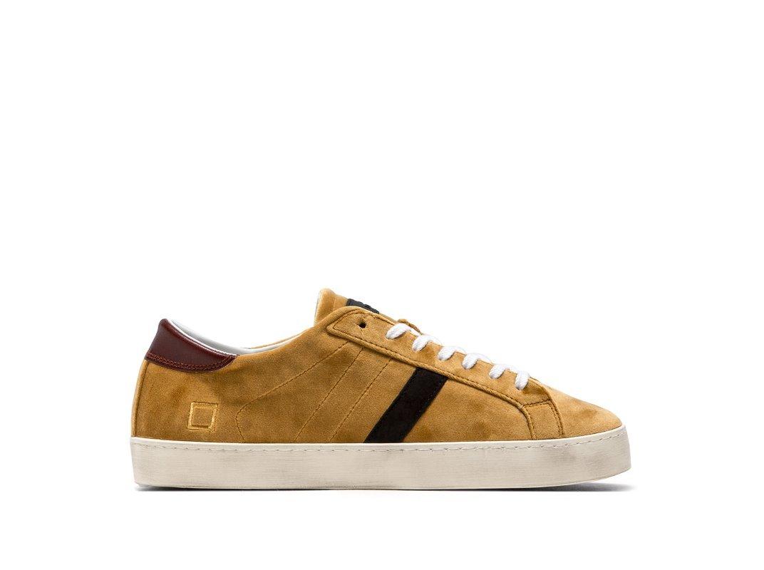 Sneaker bassa in velluto colore giallo curry. Il label D.A.T.E in gomma è  cucito sulla linguetta. La banda laterale è in camoscio colore nero. d6485627f2d