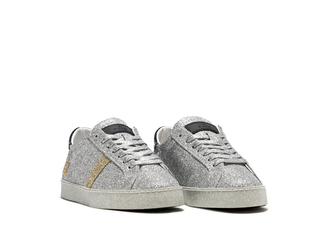 Sneaker basse in micro glitter argento. Il label D.A.T.E. in gomma è cucito  sulla linguetta. I lacci sono in lurex e il logo quadrato è ricamato ... 64ce06373d4